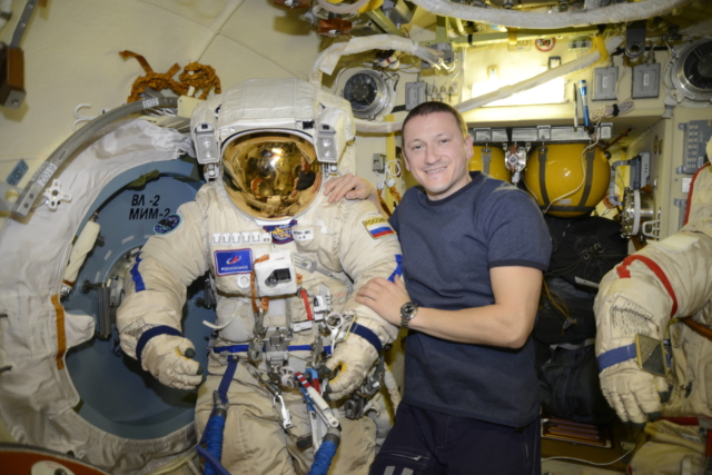 Космонавтам подняли зарплату. Сколько они теперь получают? – КОСМОС |