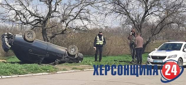 У Херсоні сталася ДТП: автомобіль викинуло на узбіччя і перевернуло на дах (ФОТО) » Новини Херсона