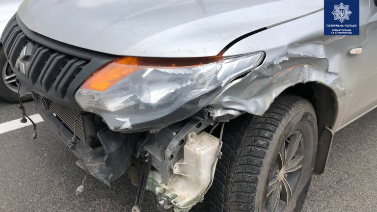 """В Краматорске Mitsubishi столкнулся со Skoda и """"потерял"""" бампер"""