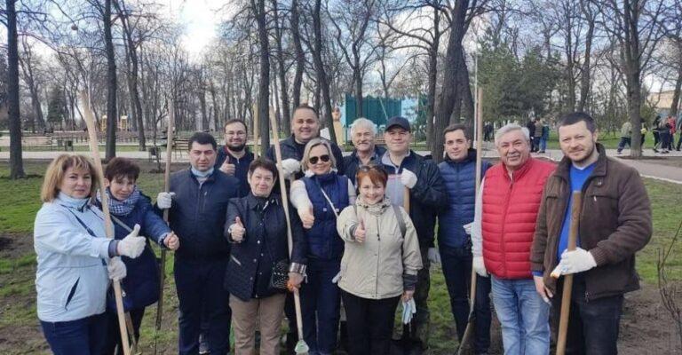 Депутаты Мариуполя вышли на толоку в Горсад. Новости Мариуполя и Донбасса |