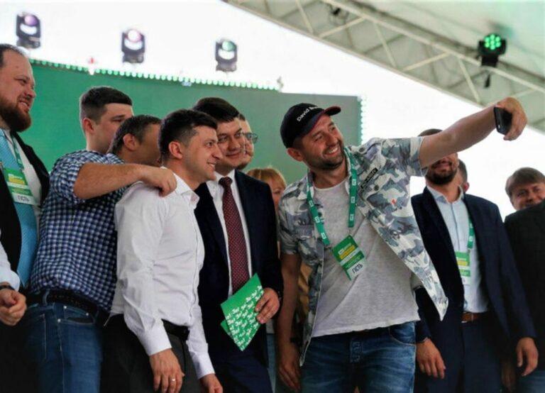На зустрічі Зеленського з майбутніми нардепами від «Слуги народу» нагадали про рівність всіх перед законом