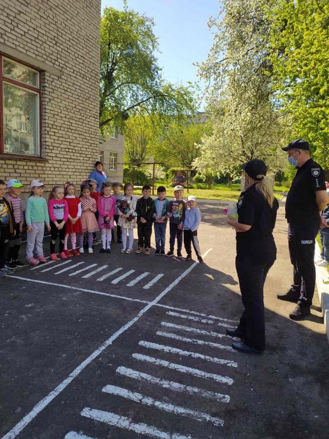 «Я готуюсь бути самостійним», – у Червонограді поліцейські  допомагають дошкільнятам підготуватись до літніх канікул – Новини Львова та області