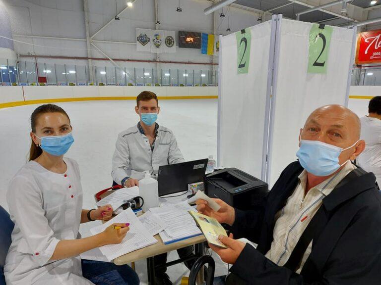 В Краматорске на ледовой арене от коронавируса вакцинировались уже более 200 человек