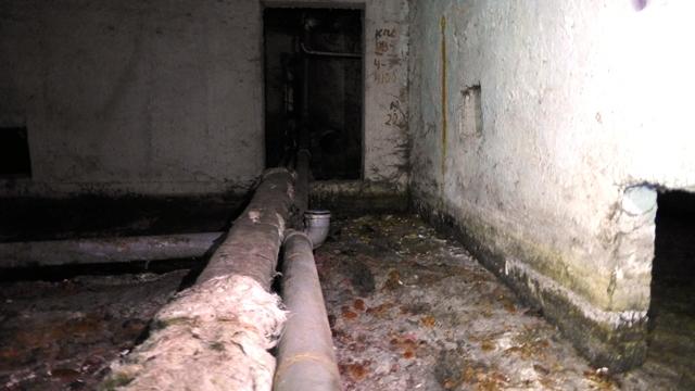 В Старом городе подвал многоэтажного дома заливает канализацией