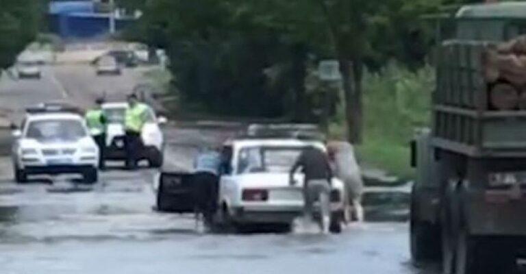 В Мариуполе водители проигнорировали дорожный знак и «утопили» свои авто. Новости Мариуполя и Донбасса |