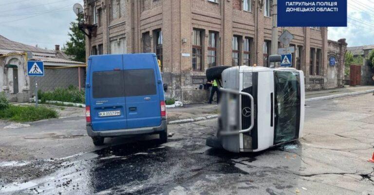 В Мариуполе столкнулись два микроавтобуса, один перевернулся. Новости Мариуполя и Донбасса  