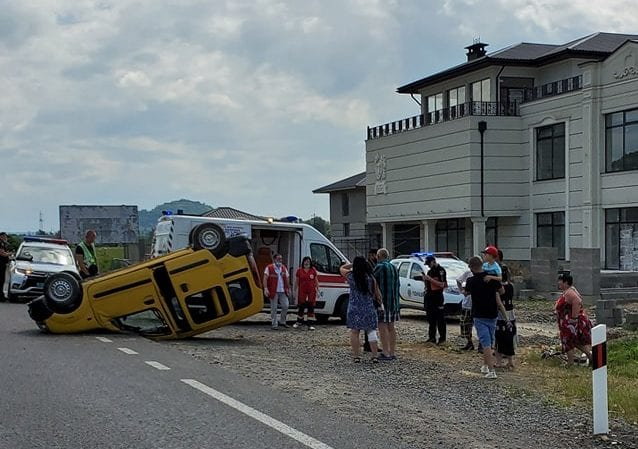 Поблизу Хуста автівка перекинулася на дах