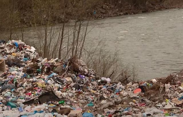 Тонни сміття пропливають Тисою до ЄС (Відео)