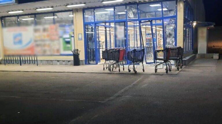 У передмісті Херсона автівка в'їхала у супермаркет (ФОТО) » Новини Херсона