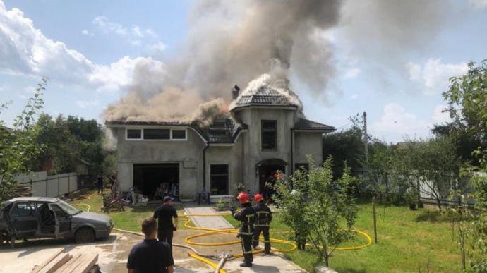 На Прикарпатті спортивний літак упав на будинок – четверо загиблих
