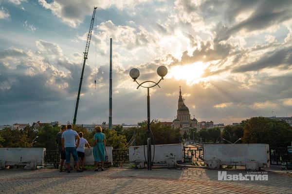 Более ста метров в высоту. В Харькове заканчивают монтировать гигантский флагшток — Новости Харькова