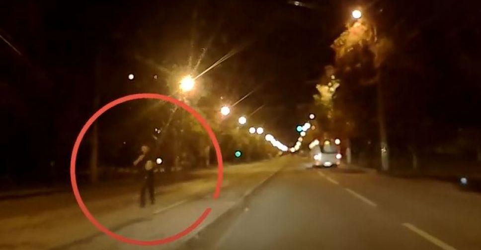 Пешеходы гуляют по дороге, а водители ездят по встречной: как в Мариуполе нарушают правила. Новости Мариуполя и Донбасса |