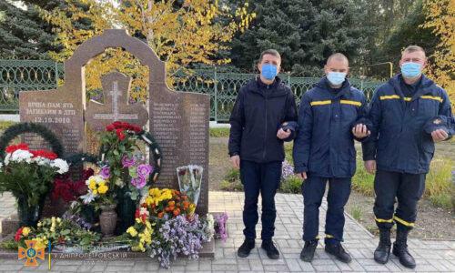 Рятувальники вшанували пам'ять загиблих в жахливій трагедії в місті Марганець —   Новини міста Дніпро та області