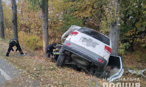 На Вінниччині врізався у дерево та перекинувся позашляховик. Водій загинув, його пасажирку доставили у лікарню   Новини Вінниці