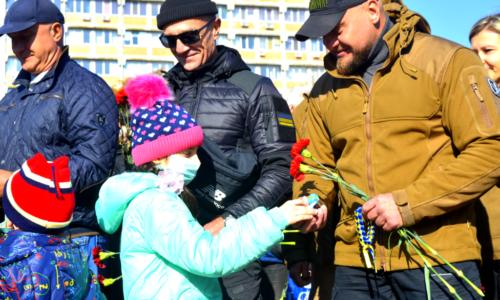 Зі сльозами на очах: у Черкасах урочисто вшанували захисників і захисниць України (ФОТОРЕПОРТАЖ) | Последние новости Черкасс за сегодня